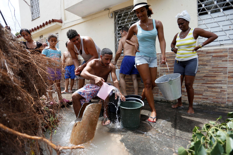 Point d'eau improvisé dans les rues de La Havane, le 11 septembre, après le passage de l'ouragan Irma.