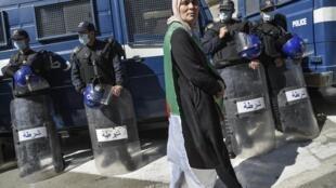 Une manifestante lors du rassemblement hebdomadaire contre le régime au pouvoir à Alger, le 6 mars 2020.