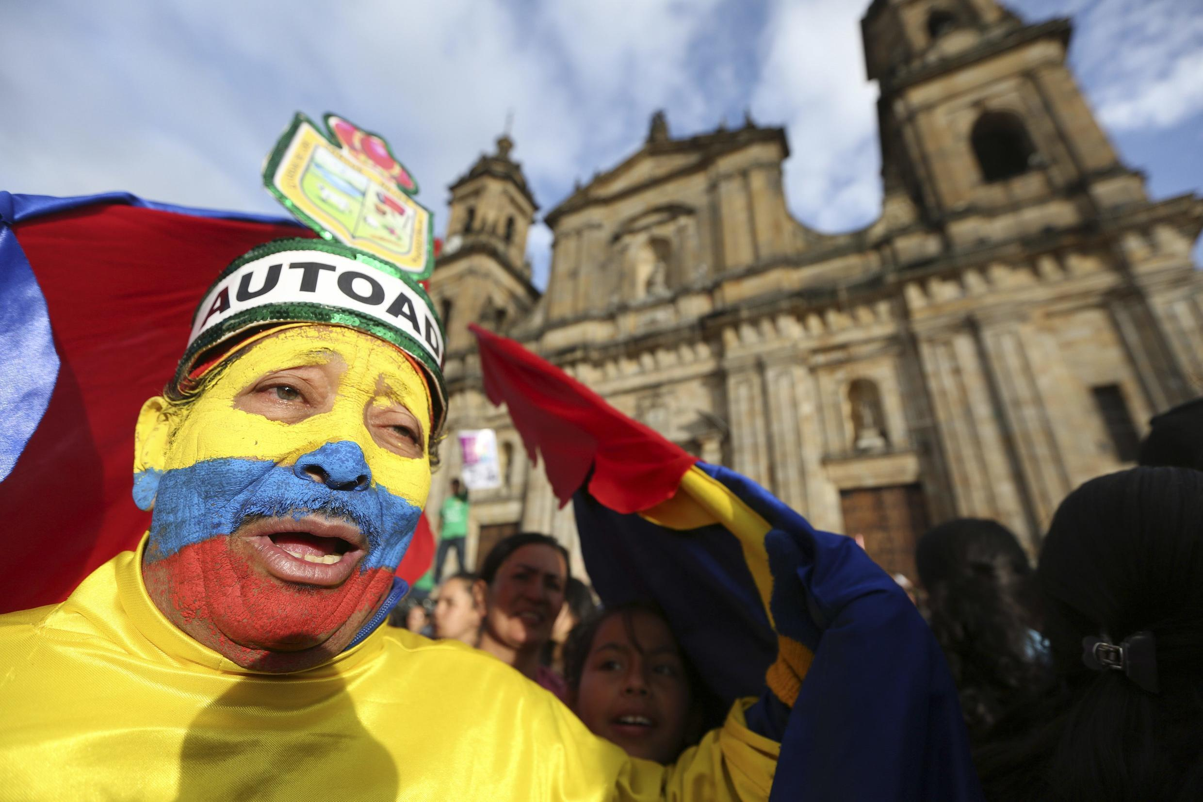 Demonstrators protest against a decision by Colombia's Attorney General Alejandro Ordonez to remove Bogota's Mayor Gustavo Petro from his post, 13 December 2013.