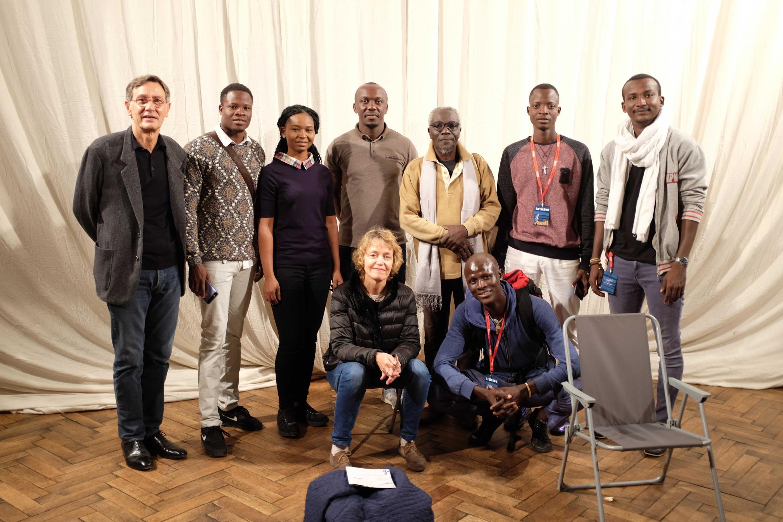 Le metteur en scène Hervé Loichemol (à g.) avec les comédiens de sa pièce « La Fin du monde évidemment », présentée aux Francophonies, Limoges.