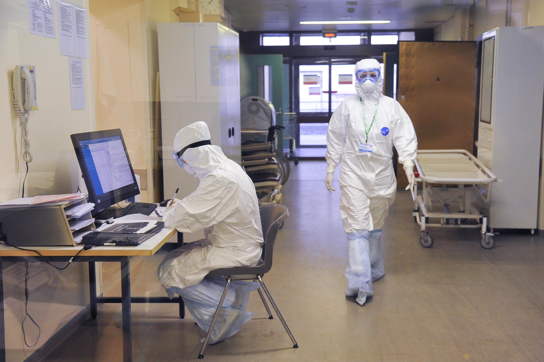 Investigadores del Instituto de Investigación de Medicina de Emergencia Sklifosovsky trabajando en la unidad especializada para los pacientes sospechosos de haber contraído el Covid-19, este 25 de marzo de 2020 en Moscú.