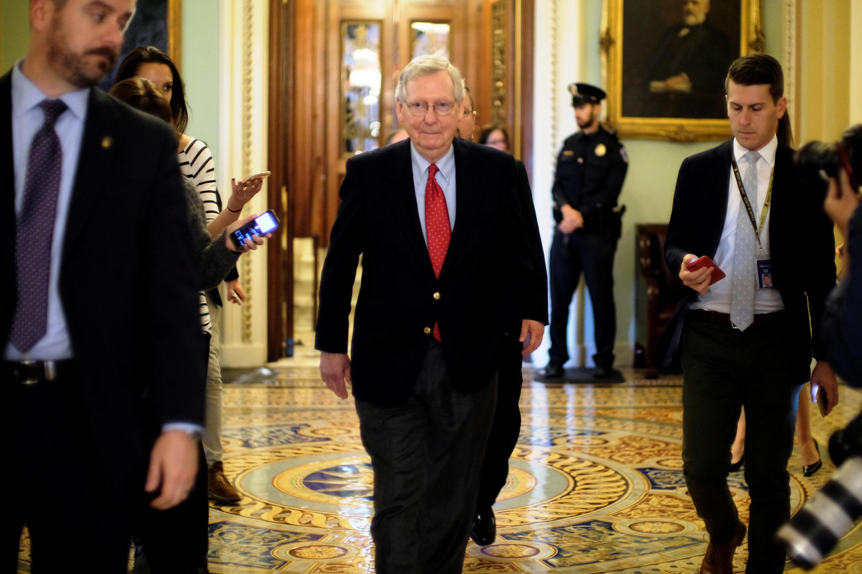 Lãnh đạo phe đa số ở Thượng Viện Mỹ Mitch McConnell rời phòng họp, nơi diễn ra tranh luận về kế hoạch giảm thuế của Trump ngày 01/12/2017.