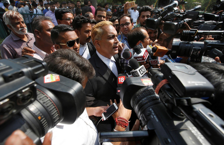 O advogado dos condenados fala com a imprensa após a decisão