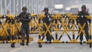 Soldados na fronteira entre a Coreia do Norte e do Sul.
