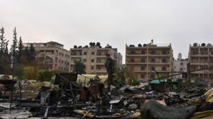 Soldados russo inspeciona bairro bombardeado em Aleppo, depois do ataque das forças sírias.