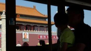 图为透过经过长安街的游览车车窗看到的天安门城楼照片