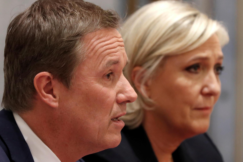 Nicolas Dupont-Aignan e Marine Le Pen em conferência de imprensa