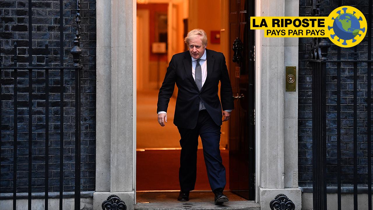 Le Premier ministre britannique Boris Johnson sort du 10 Downing Street, à Londres, le 30 avril, pour applaudir les personnels soignants.