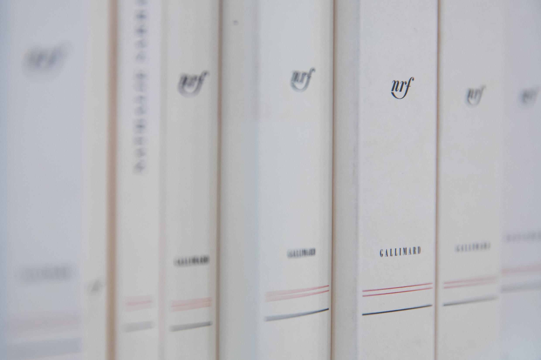 Des livres de la Collection Blanche de Gallimard exposés lors du Salon du Livre 2019.