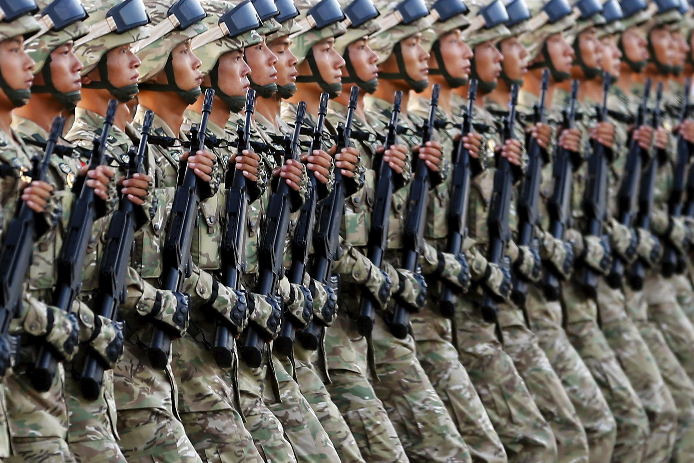 在天安门广场准备接受检阅的解放军仪仗队 资料照片