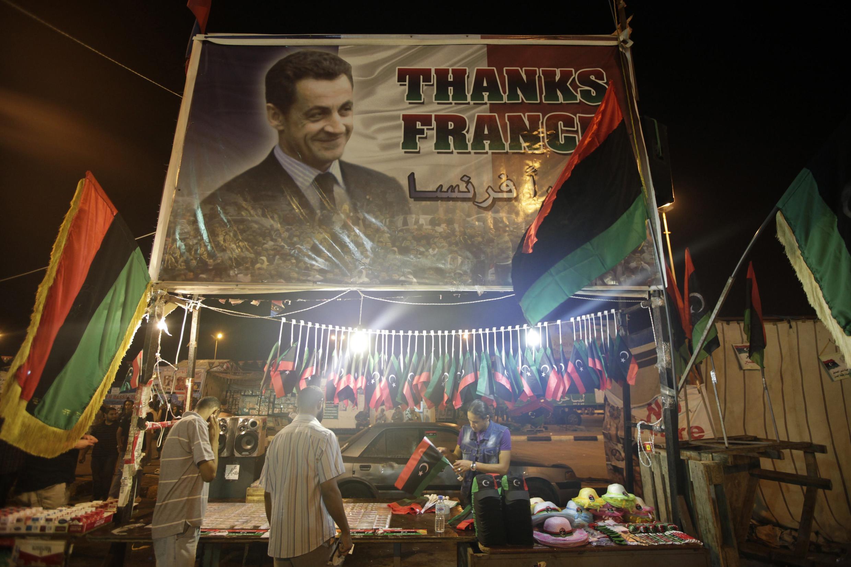 """Плакат """"Спасибо, Франция"""" на площади Тахрир в Бенгази"""