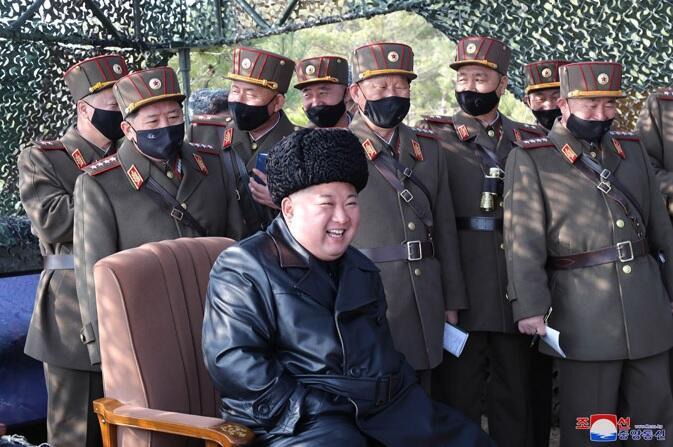 2020-03-13 Coree du Nord dirigant Kim Jung-Un at artillery training 01
