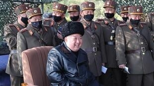 2020-03-13 Coree du Nord dirigant Kim Jung-Un at artillery training 01