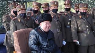 """金正恩與朝鮮參加""""炮兵競賽""""演習的士兵。 2020 3 13"""