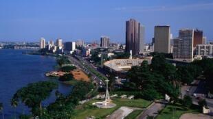 Une vue de la ville d'Abidjan, de la lagune Ébrié et du Plateau depuis la cathédrale Saint-Paul.