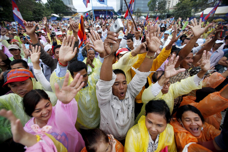 Des manifestants lèvent leurs bras lors d'un rassemblement contre Hun Sen, à Phnom Penh, le 17 décembre 2013.