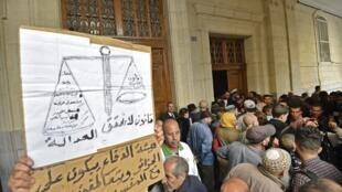 Les Algériens réclament justice devant le tribunal de Sidi M'hamed à Alger ce 2 décembre 2019.