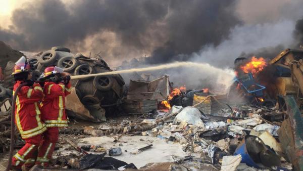 ماموران آتشنشانی مشغول خاموش کردن آتش ناشی از انفجار هستند. بیروت، سهشنبه ۱۴ مرداد