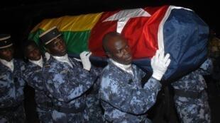 Des gendarmes togolais transportent le cercueil d'une des victimes de l'attaque de Cabinda,en Angola, contre l'équipe nationale de football.