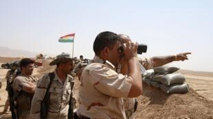 Des peshmergas sur la ligne de front face aux jihadistes du groupe Etat islamique. 18 août 2014.