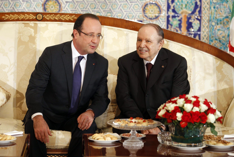 Tổng thống Pháp François Hollande (g) và đồng nhiệm Algérie Abdelaziz Bouteflika tại Alger, tháng 12/ 2012.