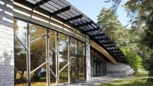 En Suecia, el Stora Brannbo Konferens & Hotell ha logrado llegar a casi 0% de consumo de energía gracias a la instalación de paneles solares, aislamiento térmico, reciclaje de aguas, y modificando las costumbres del personal y de los clientes.