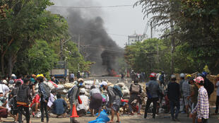 Birmanie - Rangoun - Barricades AP21087376403809