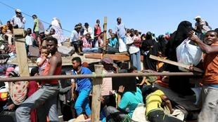 Refugiados iemenitas chegando no porto de Bosasso, na Somália, no dia 16 de abril de 2015.