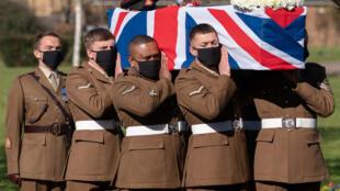 Soldados del Regimiento de Yorkshire del ejército británico llevan el féretro del Capitán Tom Moore durante su servicio fúnebre en el crematorio de Bedford, al norte de Londres, el 27 de febrero de 2021.