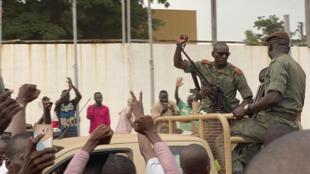 Des soldats maliens célébrés à leur arrivée sur la place de l'Indépendance à Bamako après le coup d'État, le 18 août 2020.