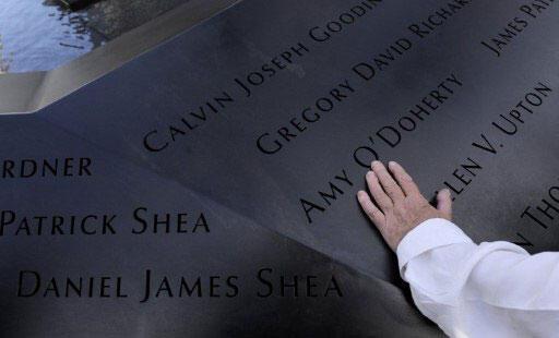 Les noms des 3 000 victimes des attentats de 2001 sont gravés dans le bronze autour des deux bassins aux murs d'eau, à Ground Zero. Les familles ont pu ce 11 septembre 2001, effleurer le nom de leurs proches.