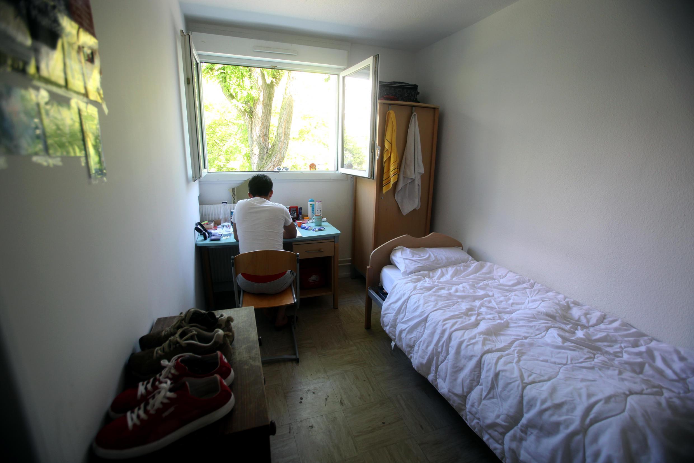 Un jeune migrant dans sa chambre, au centre d'accueil de France Terre d'Asile à Créteil, près de Paris.