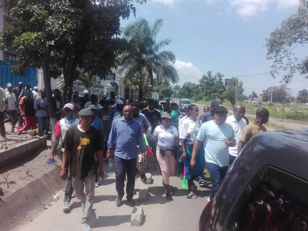 Le cortège de la «Journée de la colère» devant le siège de l'UPDS avant l'arrestation de Martin Fayulu et de Jean-Marc Kabund, ce 30 novembre 2017.