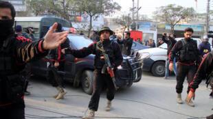 La police pakistanaise encadre le van dans lequel Imran Ali est transféré à la cour antiterroriste de Lahore, le 24 janvier 2018.