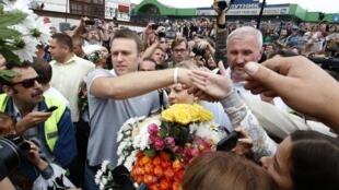Alexeï Navalny accueilli par la foule enthousiaste de ses partisans à la gare de Moscou ce samedi 20 juillet 2013 au matin.