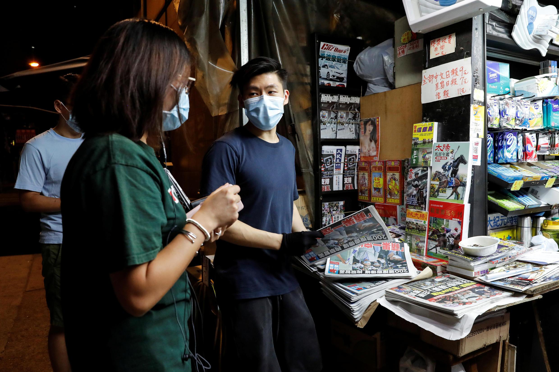 Một sạp báo ở Hồng Kông ngày 11/08/2020. Dân Hồng Kông xếp hàng mua nhật báo Apple Daily để ủng hộ nhà tỷ phú Lê Trí Anh.
