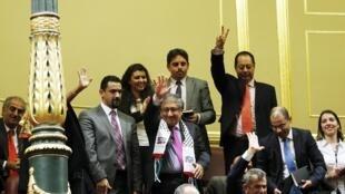 Embaixador palestino na Espanha, Musa Amer Odeh (centro), celebra aprovação da moção em prol do Estado palestino pelo Parlamento espanhol nesta terça-feira (18).