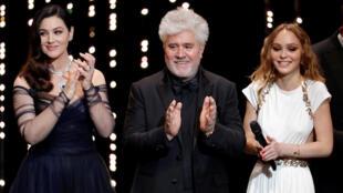 Monica Bellucci (e) ao lado de Pedro Almodóvar e Lily-Rose Depp durante abertura do 70° Festival de Cinema de Cannes.