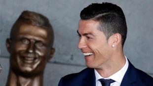 Cristiano Ronaldo le 29 mars à l'aéroport de Madère rebaptisé à son nom. Un buste de bronze un peu particulier, à son effigie, a été dévoilé.