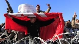 Em frente ao gabinete do primeiro-ministro em Tunes a 23 de Janeiro de 2011.