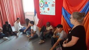 A la caravane des 10 mots à Giumri, les jeunes échangent autour de la francophonie.