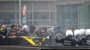 Policiais belgas tentam conter manifestantes de extrema direita durante protesto contra o Pacto da Onu sobre migração. 16/12/2018