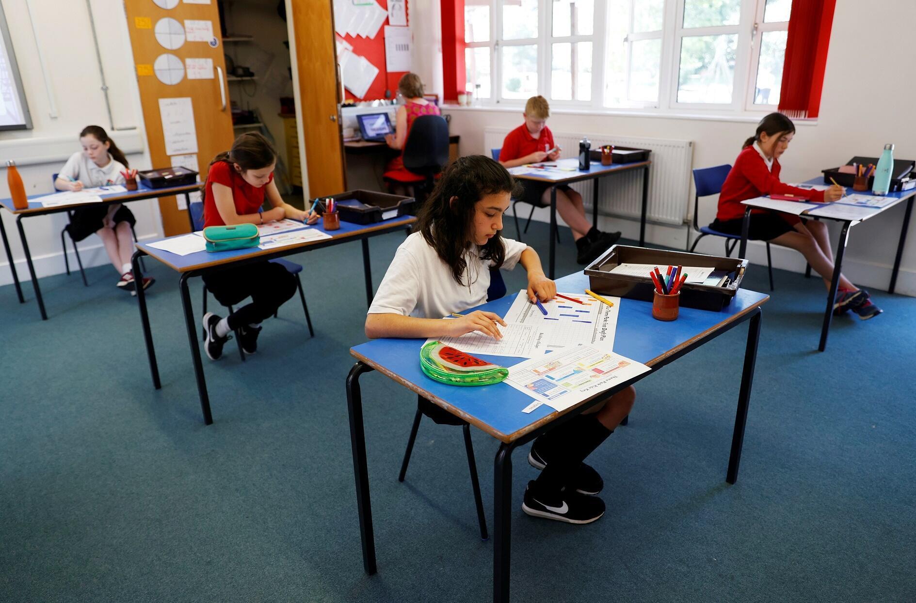 Des élèves dans une école primaire, à Watlington, au nord-ouest de Londres, le 1er juin 2020. Les écoles ont à nouveau ouvert leurs portes en Grande-Bretagne, en dépit du coronavirus.