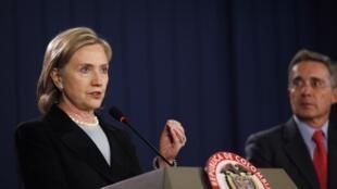 La secretaria de Estado de EEUU, Hillary Clinton y el ex presidente colombiano, Álvaro Uribe.