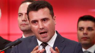 Le Premier ministre macédonien Zoran Zaev s'adressant aux médias au siège du gouvernement de Skopje, ce mardi 12 juin 2018.