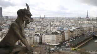Paris nhìn từ trên nóc nhà thờ Đức Bà Paris.