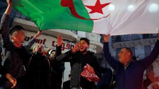 Argelinos celebran la decisión de Buteflika de no presentarse para un quinto mandato, este 11 de marzo de 2019 en Argel.