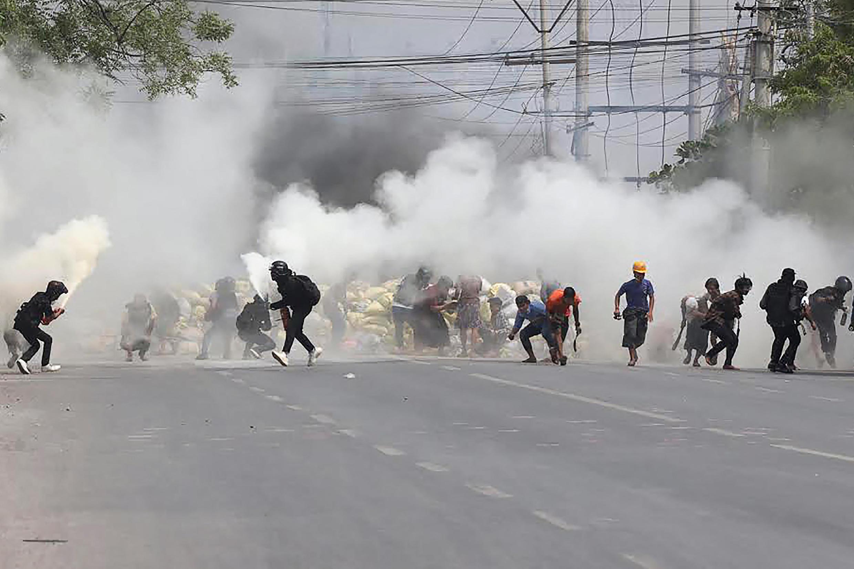 Polícia a dispersar protesto em Mandalay, Myanmar.