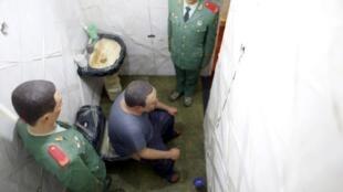 Ngải Vị Vị tái tạo cảnh giam cầm trong cuộc triển lãm tại Venise (REUTERS)