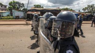 Kabla ya kutangazwa kwa matokeo ya uchaguzi, polisi wa Guinea wanaendelea kutoa ulinzi mkali katika mitaa ya Conakry. Oktoba 21, 2020.
